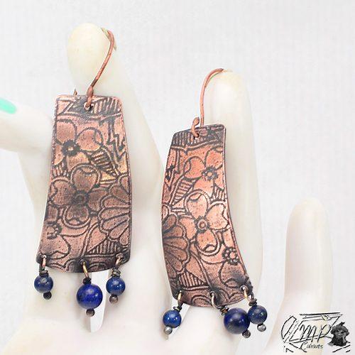 boucles d'oreille elion en cuivre gravé avec perles en lapis lazuli