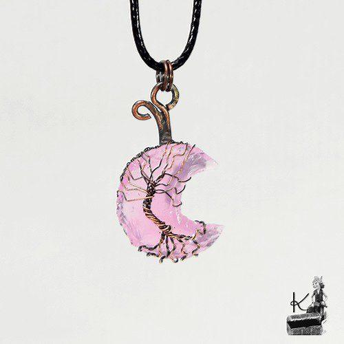 pendentif hariel avec un arbre de vie sur lune en quartz rose