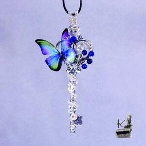 Pendentif Nissa avec papillon transparent et lapis lazuli